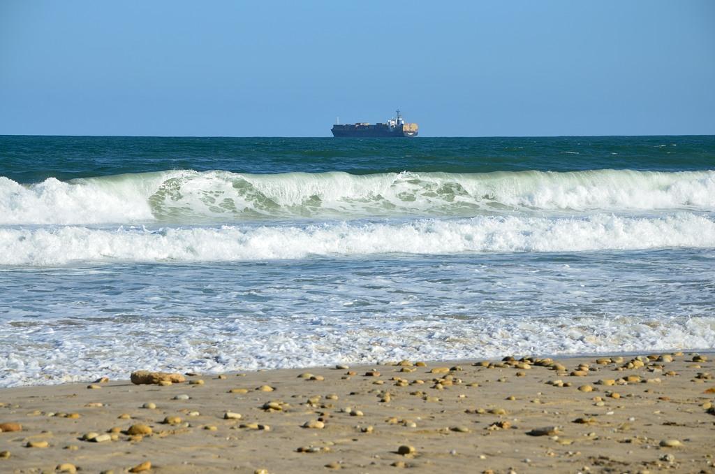 На пляже в Порт-Элизабет. Пароход, судя по всему, недавно вышел из порта (Элизабет :))