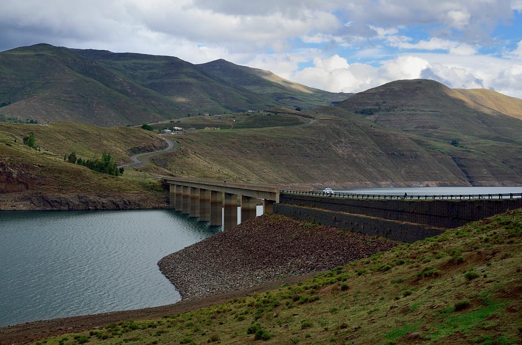 А вот и мост на трассе к ГЭС Катсе-Дам. Но мы дальше не поехали