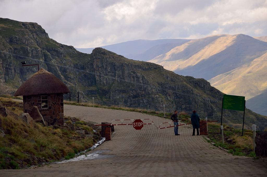 Едем обратно через перевал Мафика Пасс