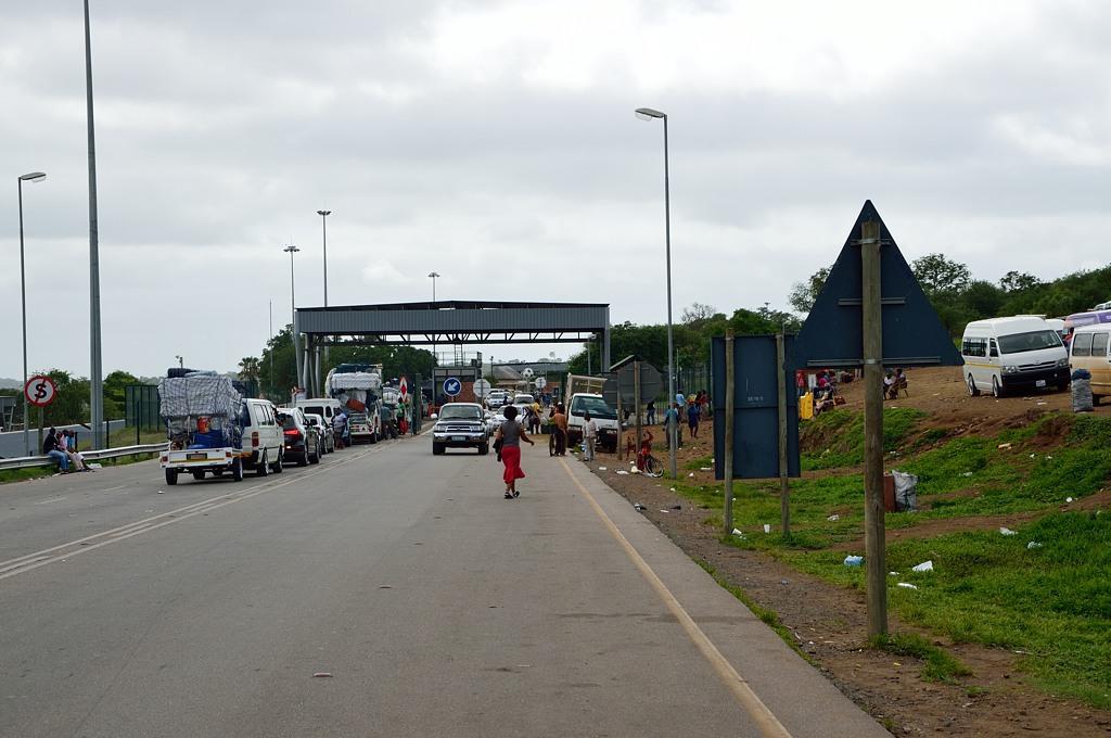 Выехали из Коматипоорта и подъезжаем к границе Мозамбика