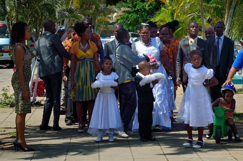 Африканская свадьба. Эх, тяжело снимать африканцев, особенно в белых платьях :)