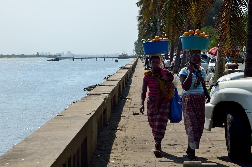 Африканки могут носить на голове все, что угодно