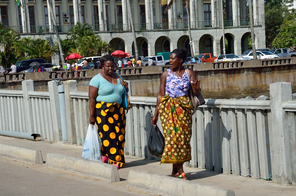 Африканские женщины идут к парому