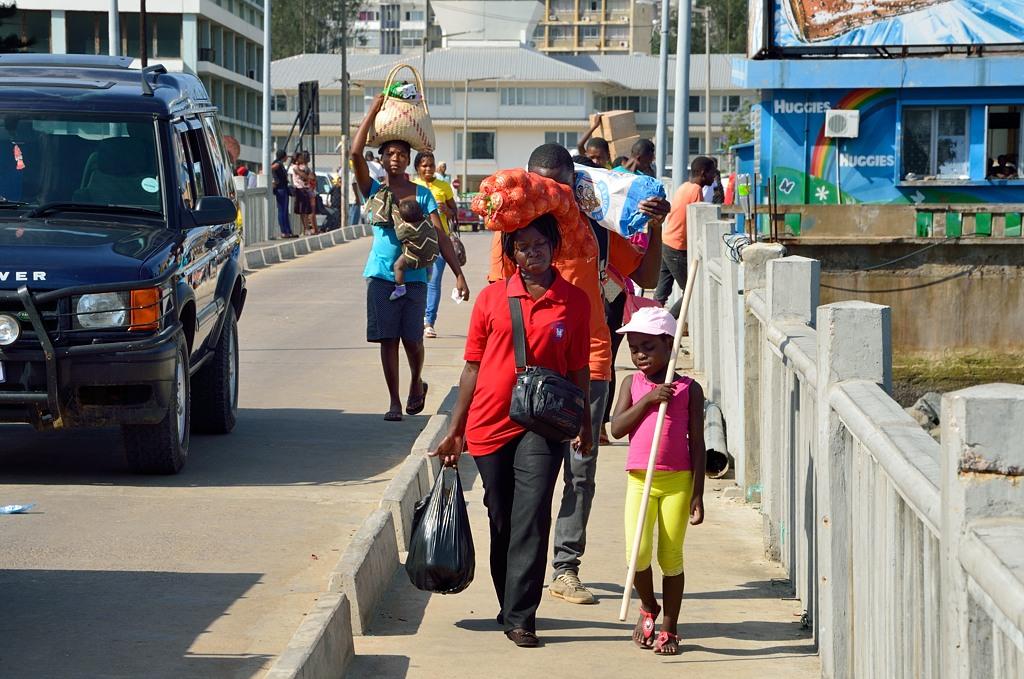 Африканские женщины носят на голове все, что угодно