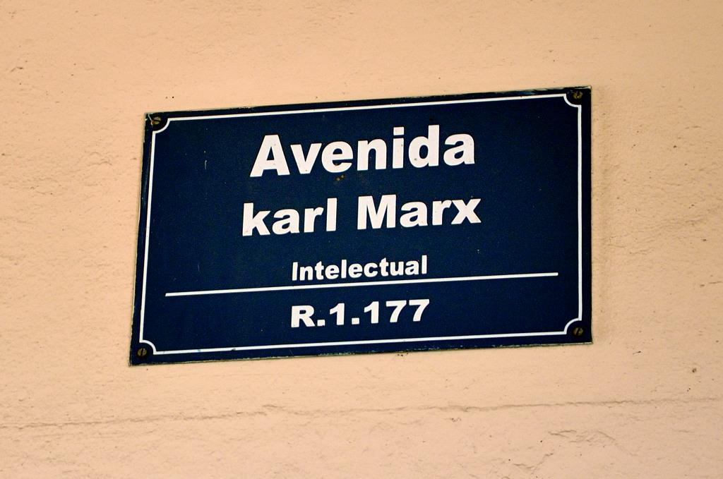 Проспект Карла Маркса. Для тех, кто не знает, поясняют - это интеллектуал такой был :)