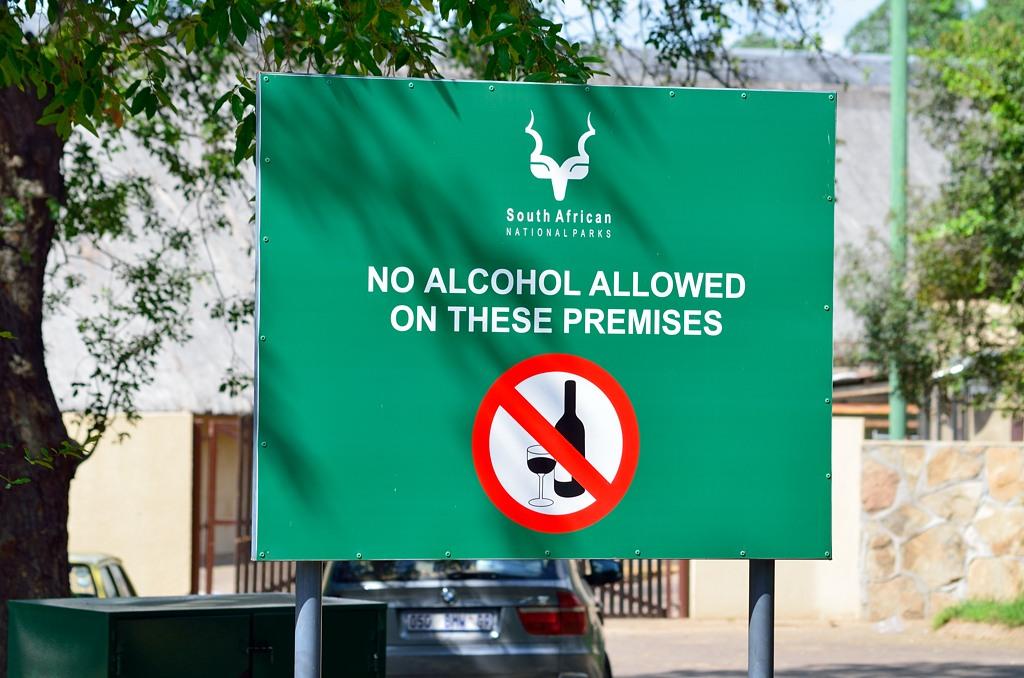 Алкоголь не разрешен. Но при этом его можно легко купить в магазине сувениров