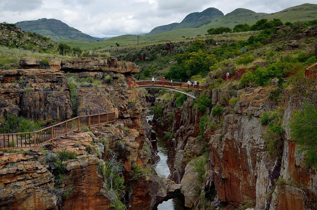 Через живописный каньон переброшены мостики
