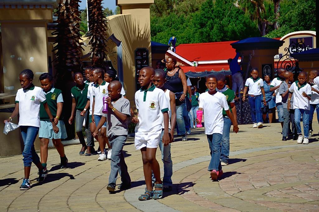 Черные школьники у входа в Gold Reef City