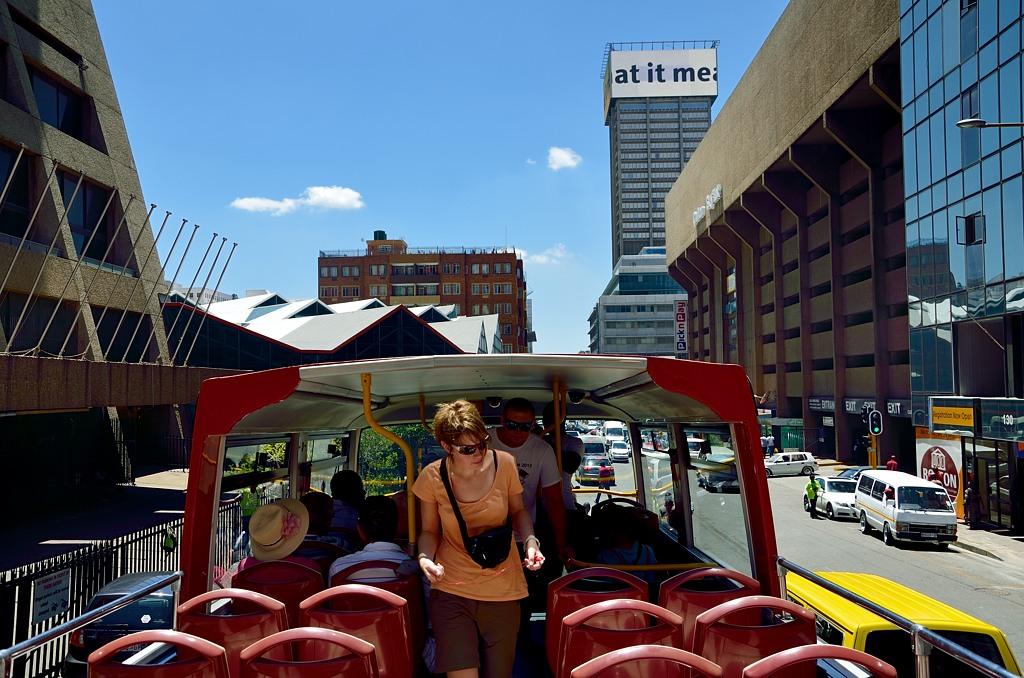 На красном автобусе