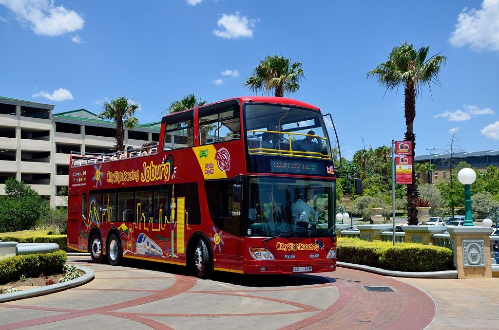 Наш красный автобус у казино Gold Reef City