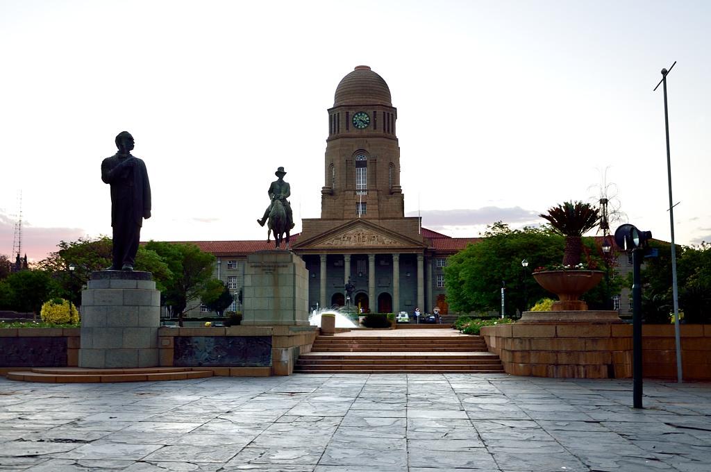 Мэрия Претории и памятник Андрису Преториусу