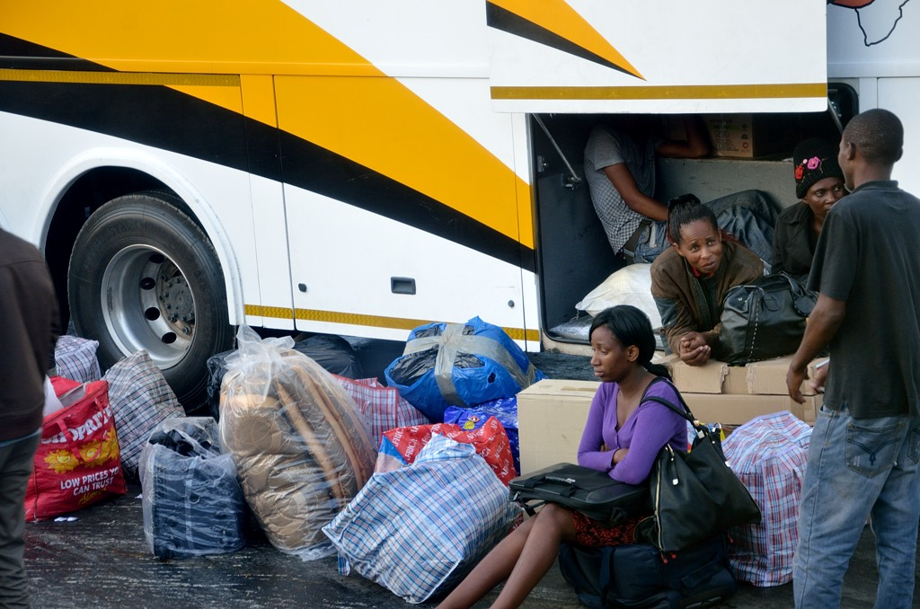 На границе ЮАР и Зимбабве. Народ готовится к досмотру багажа