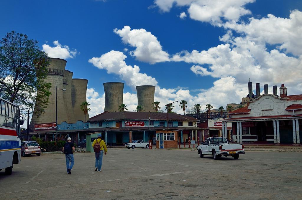 Привокзальная площадь в Булавайо с видом на электростанцию