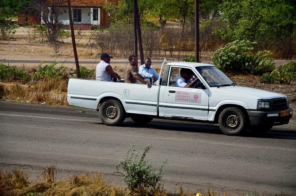 Зимбабвийские железнодорожники на машине