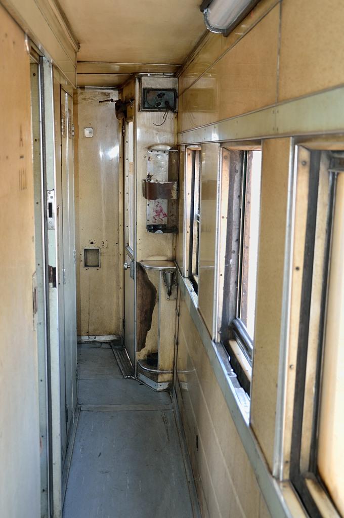 В коридоре поезда