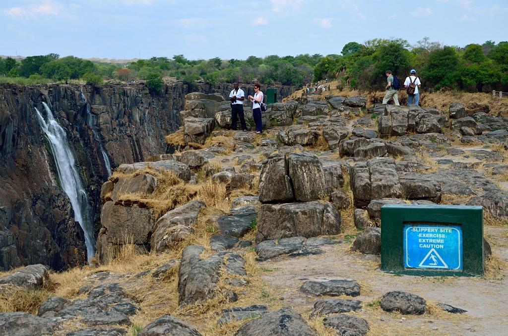 Здесь обзор водопада с зимбабвийской стороны заканчивается