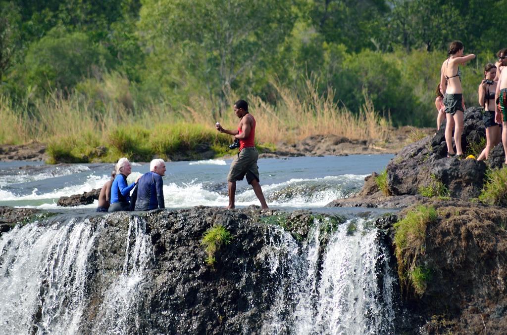 А на замбийской стороне водопада народ купается