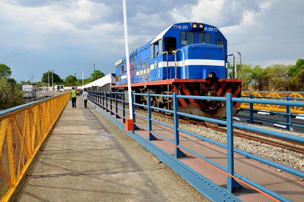 По мосту из Зимбабве в Замбию идут и поезда, и машины