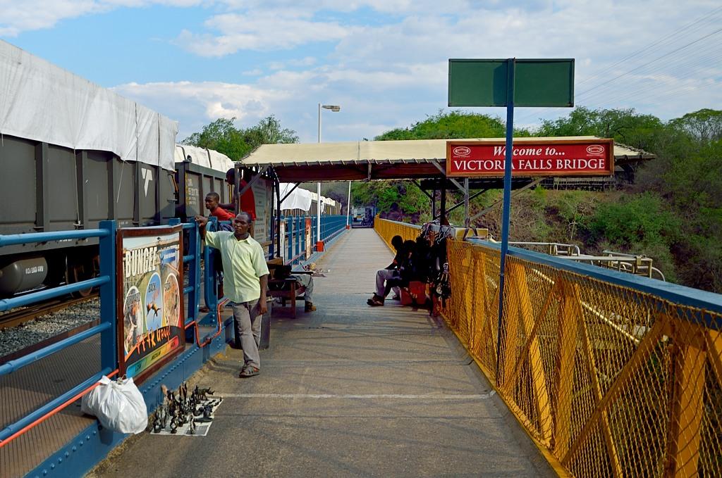 На середине моста оборудована точка для прыжков