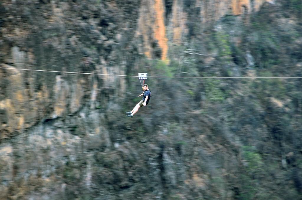 Кто боится прыгать, может проехать над пропастью вот так
