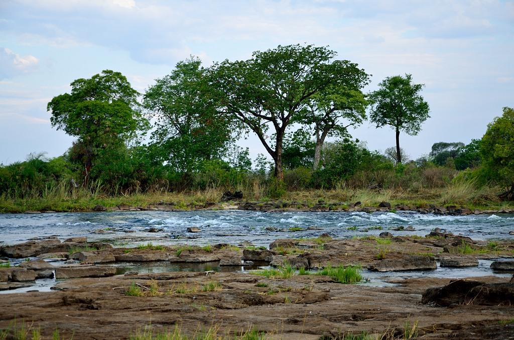 А вот тут мы попытались искупаться в Замбези. Это чуть выше водопада
