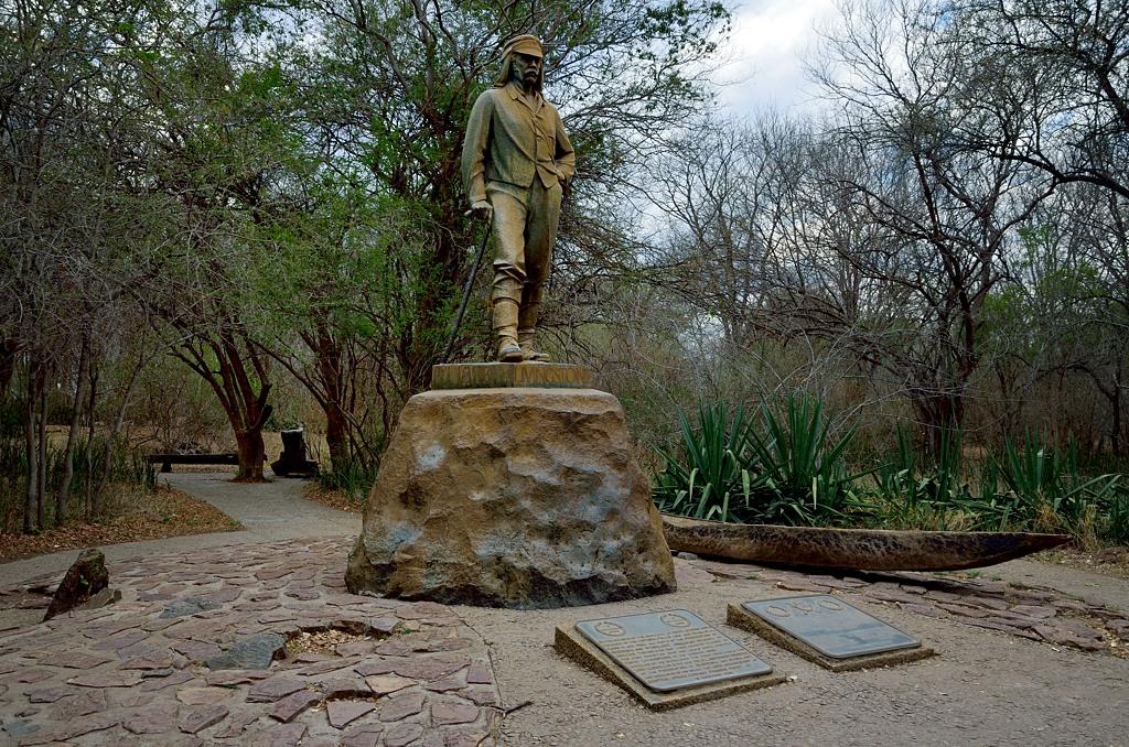 Памятник Ливингстону у водопада Виктория
