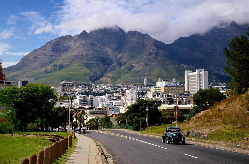 Спускаемся к центру Кейптауна от своей общаги