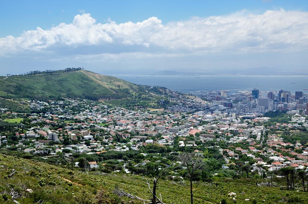 Вид на Кейптаун от подножия Столовой горы. Наверх не пускают - адский ветер