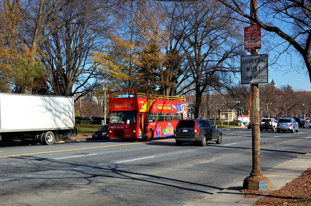 Туристический автобус на проспекте Конституции