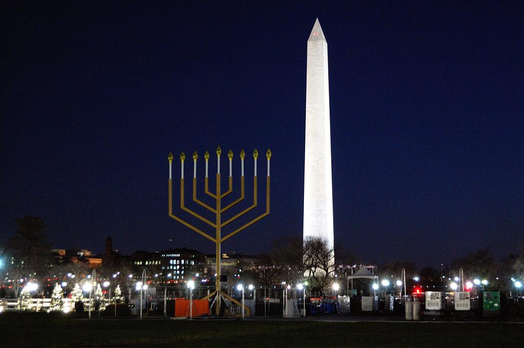 Мемориал Вашингтона и еврейский девятисвечник в честь Хануки