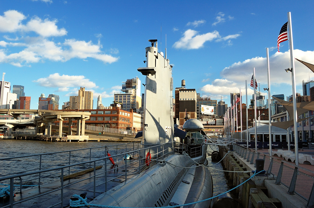 Подводная одка на фоне Нью-Йорка