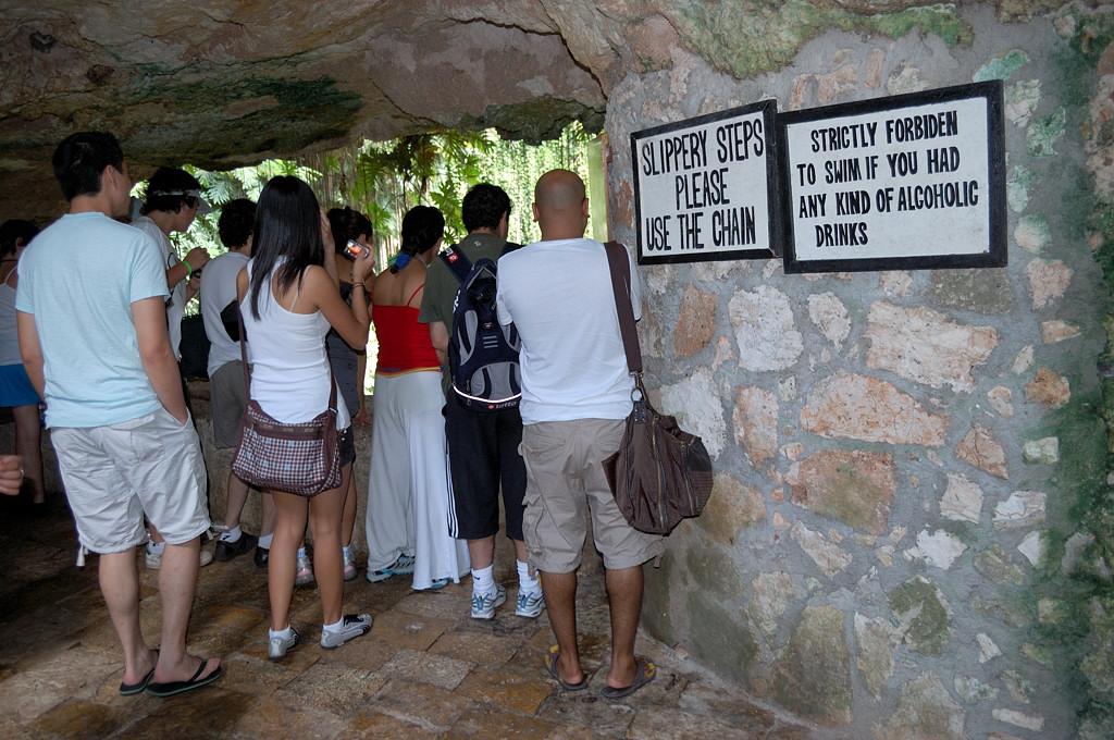 На балкончике в пещере Cenote Ikkil