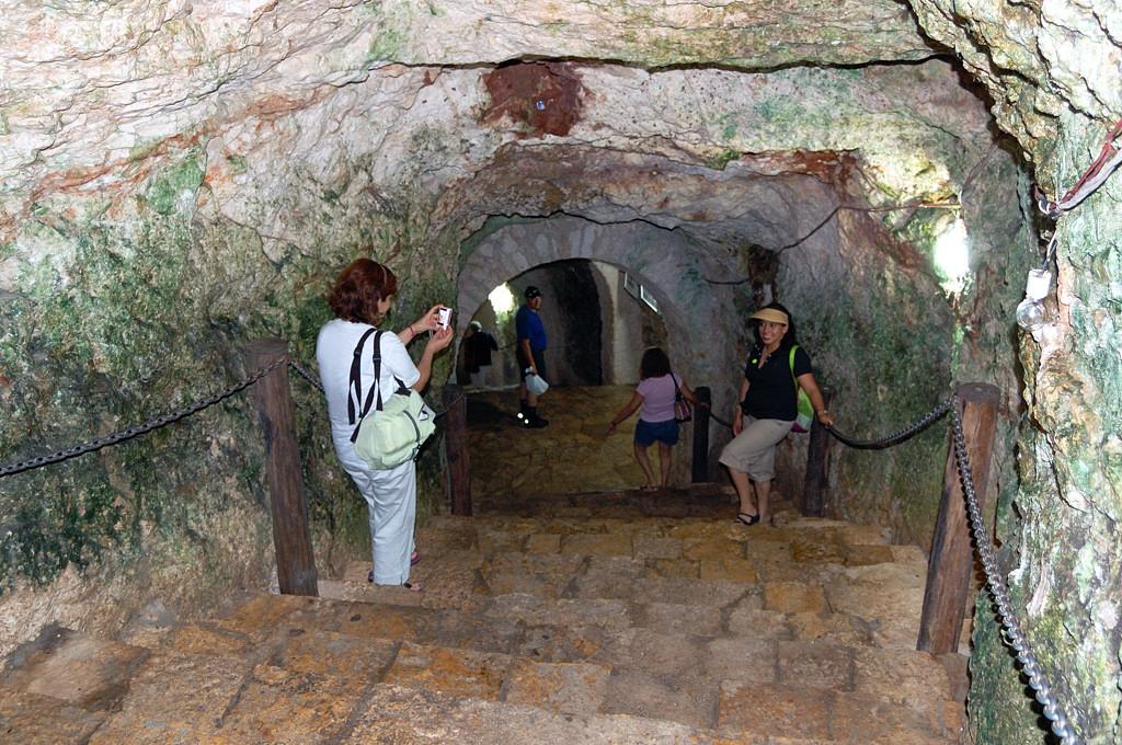 Спуск в пещеру Cenote Ikkil