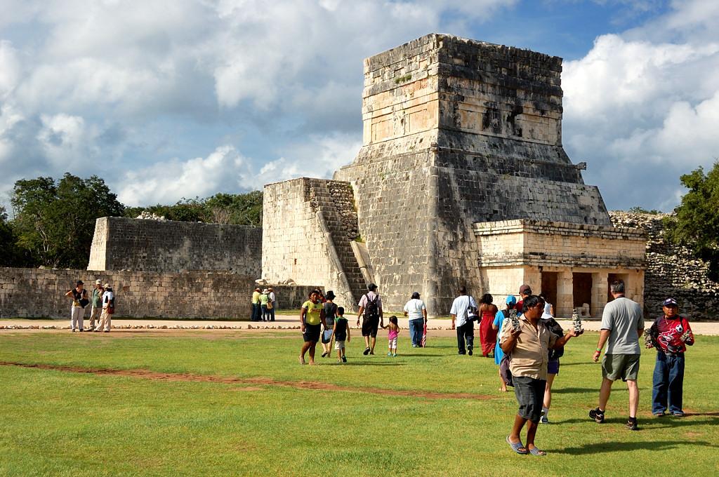 Чичен-Ица. Среди построек майя бродят торговцы