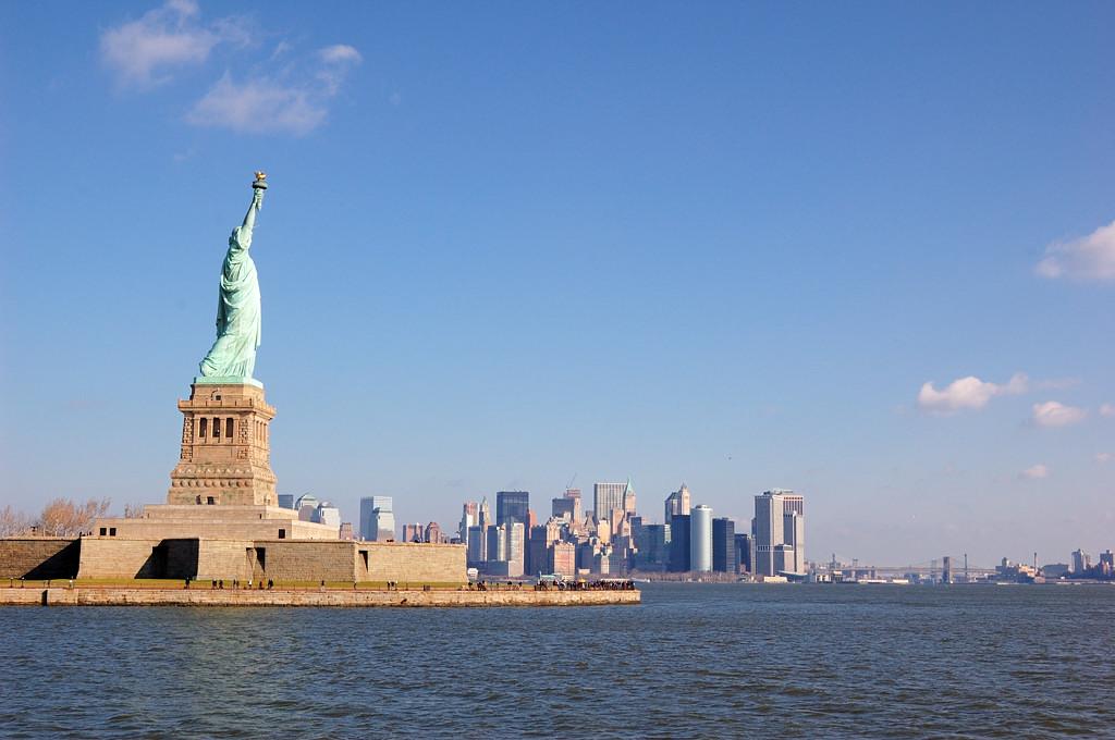 Статуя Свободы на фоне Манхэттэна