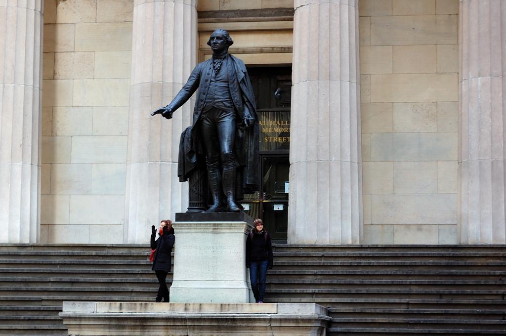 Памятник Вашингтону у Федерал-холла