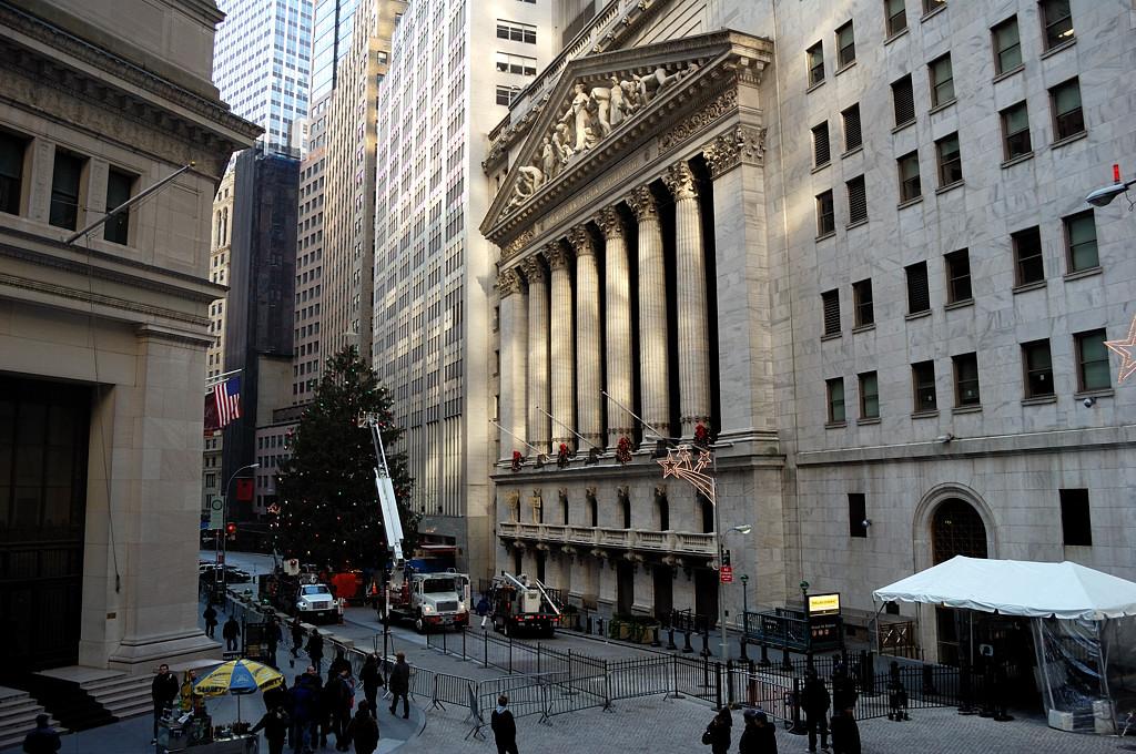 Нью-Йоркская фондовая биржа на Уолл-стрите. Банкиры наряжают елку