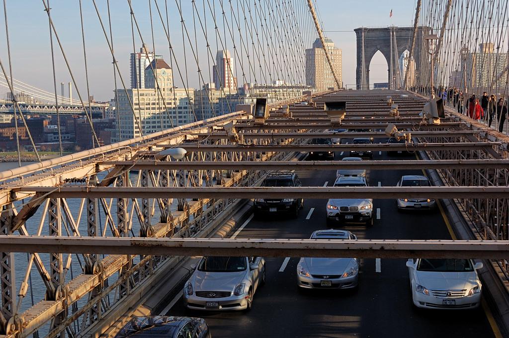 Бруклинский мост. Внизу едут машины