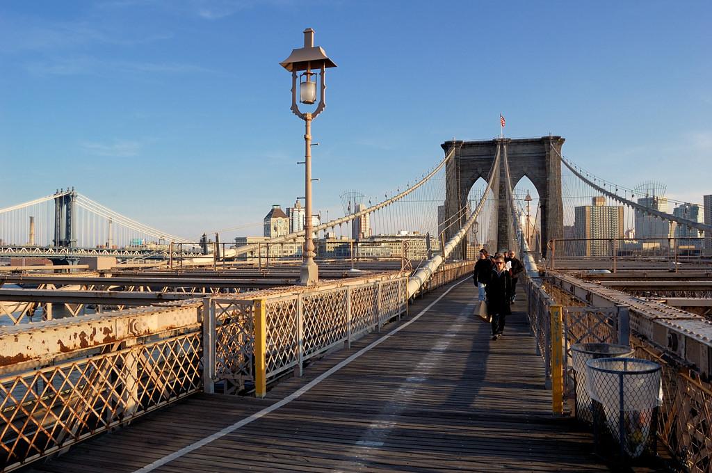 Вид на Ист-ривер с Бруклинского моста. Вдали виден мост Веррацано