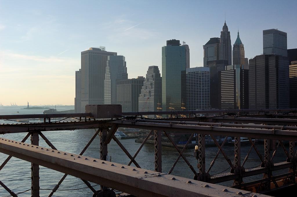 Бруклинский мост. Вдали видна Статуя Свободы