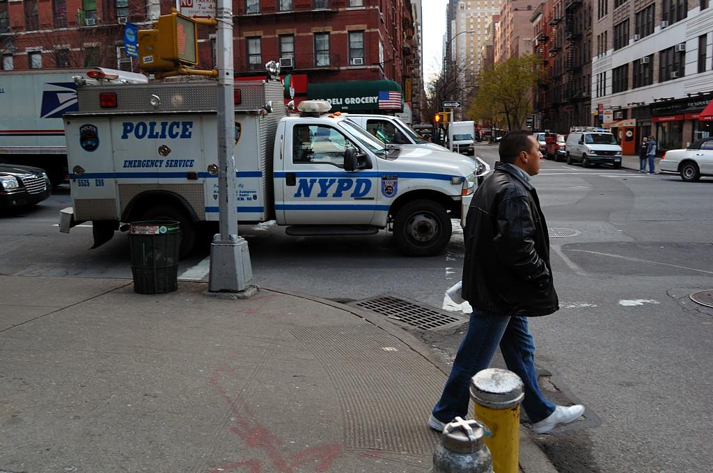 Полицейские машины тут настолько суровые ...