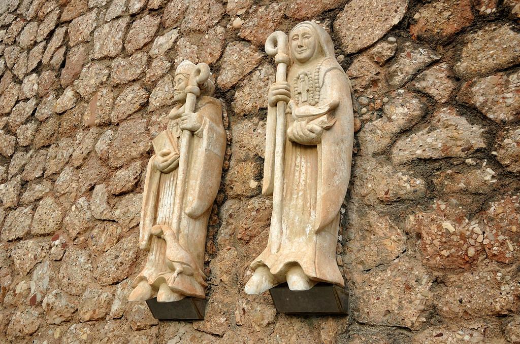Фигурки на стене монастыря