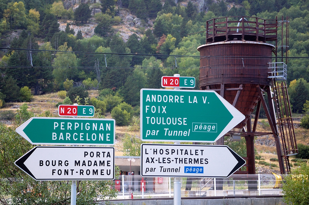 Дорожные указатели. Мне - на Барселону