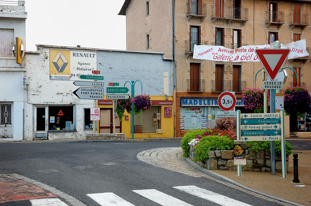 Дорожные указатели в городке Бур-Мадам (Bourg-Madame)