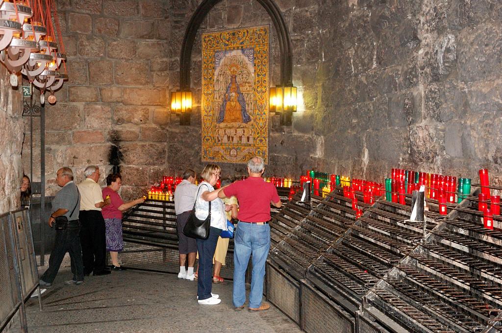 Внутри монастыря. Паломники ставят свечки