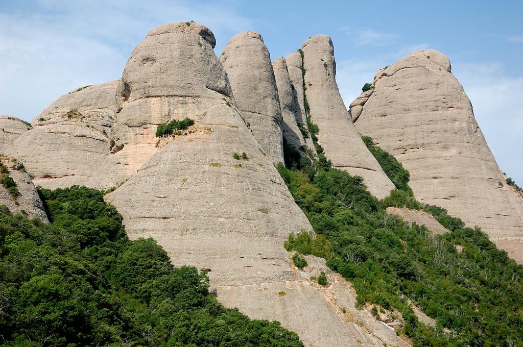 Монастырь сверху окружают вот такие скалы