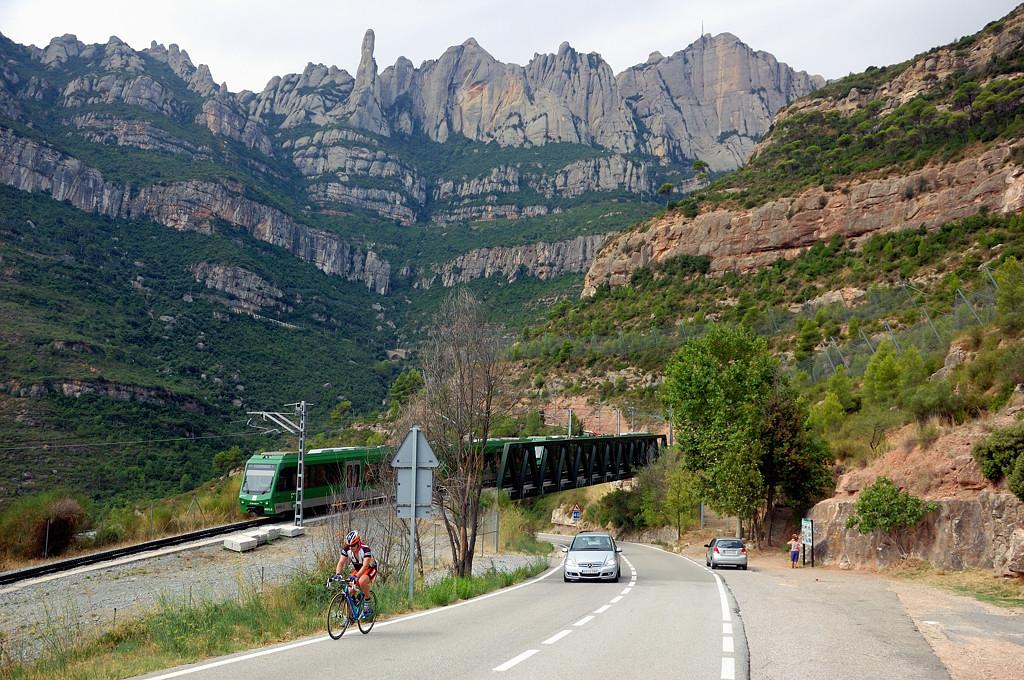 На горной дороге. Зубчатый поезд идет по мосту