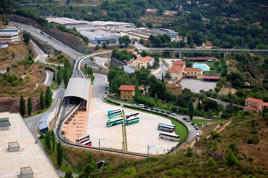 Вид на городок Монистроль-де-Монсеррат. Станция зубчатой дороги