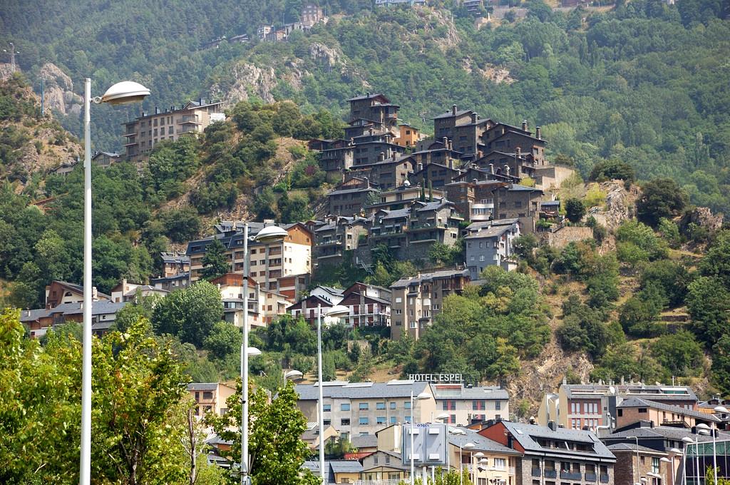 Эта группа зданий выглядит как бразильские фавелы. Или как города из The Game of Thrones ;)