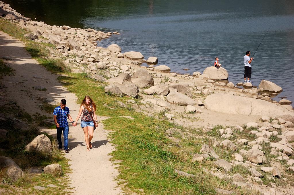 Туристы гуляют вдоль берега